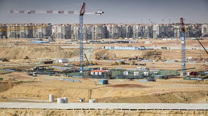 Construction du district financier (au premier plan) et d'un complexe résidentiel (à l'arrière-plan) dans la nouvelle capitale administrative égyptienne, à quelque 50km à l'est du Caire, le 8mars 2019.  (PEDRO COSTA GOMES/AFP)
