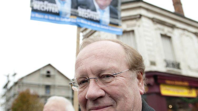Jean-Pierre Bechter, alorscandidat UMP à la mairie de Corbeil-Essonnes (Essonne), se promène sur le marché de la ville, le 28 novembre 2010. (BERTRAND LANGLOIS / AFP)