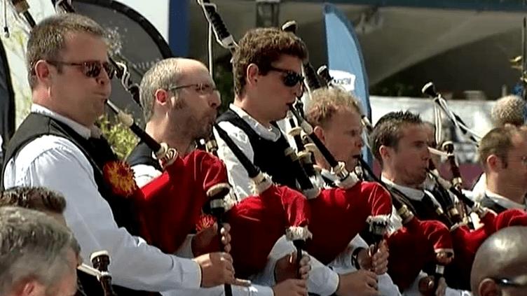 Les membres du Bagad Cap Caval viennent de Bretage mais aussi de la Suisse, du Canada, d'Allemagne et des Etats-Unis.  (France 3 Culturebox)