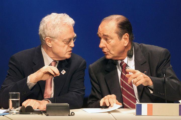 Le Premier ministre Lionel Jospin, en pleine discussion avec Jacques Chirac, camoufle le microphone, le 8 décembre 2000, lors d'un sommet européen à Nice.  (GEORGES GOBET / AFP)