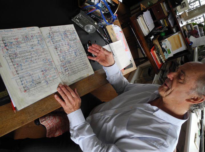 Jean-Claude Casadesus travaille sur sa partition de la 2e Symphonie de Brahms.  (Lorenzo Ciavarini Azzi/Culturebox)