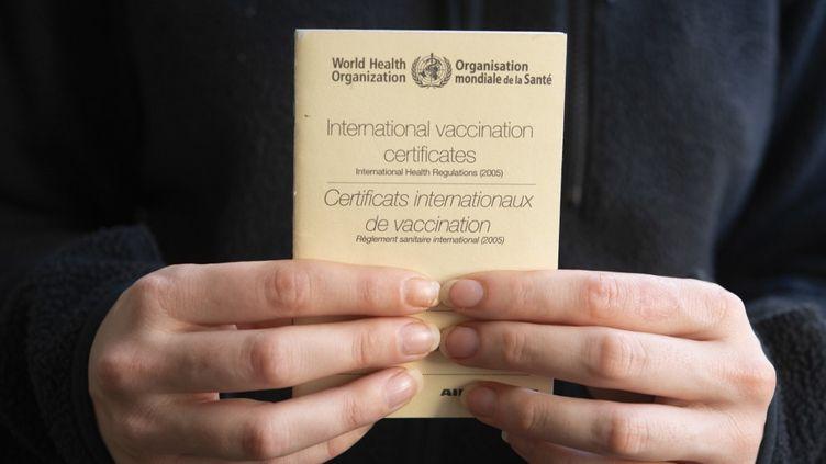 Un livret de certificats internationaux de vaccination, approuvé par l'Organisation mondiale de la santé. (JOAO LUIZ BULCAO / HANS LUCAS / AFP)