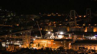 Les décombres du pont Morandi à Gênes (Italie) éclairés pour permettre la poursuite des recherches la nuit, le 15 août 2018. (PIERO CRUCIATTI / AFP)