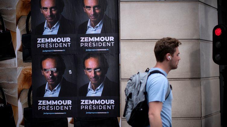 """Des affiches """"Zemmour président"""" dans les rues de Paris, le 28 juin 2021. (OLIVIER MORIN / AFP)"""