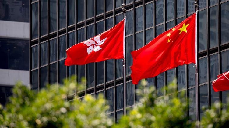 Image d illustration du drapeau de Hong Kong et du drapeau chinois aux abords du conseil legislatif de Hong Kong, en 2018. (VINCENT ISORE / MAXPPP)