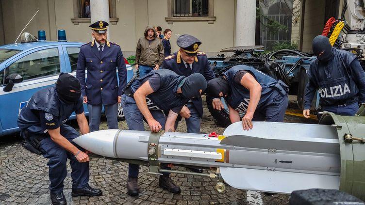 Des policiers italiens saisissent un missile air-air, lors d'une opération dans le milieu de l'extrême droite, à Turin, lundi 15 juillet 2019. (POLIZIA DI STATO / AFP)
