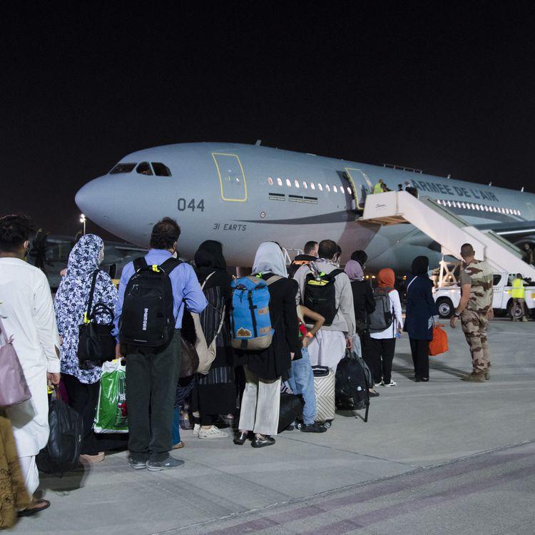 Des personnes ayant fui l'Afghanistan s'apprête à décoller en direction de Paris depuis l'aéroport d'Abou Dhabi, aux Emirats arabes unis, le 26 août 2021. (ETAT-MAJOR DES ARMEES / AFP)