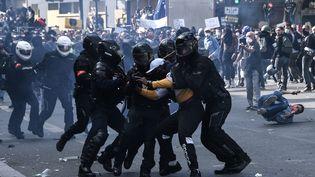 Les forces de policesont intervenues lors de la manifestation contre les violences policières à Paris,samedi 13 juin 2020. (ANNE-CHRISTINE POUJOULAT / AFP)