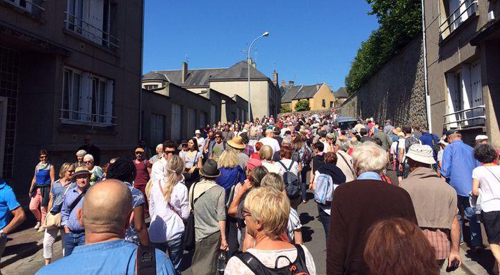 Les deux groupes se croisent dans les rues de Coutances  (Annie Yanbékian / Culturebox)