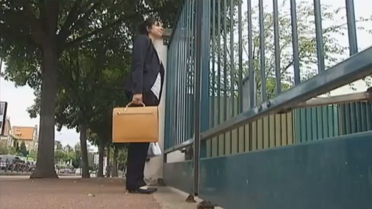 Lucie Fournier, jeune professeur de français de 24 ans, fait sa rentrée à Saint-Cloud (Hauts-de-Seine), le 3 septembre 2012. (FTVI / FRANCE 2)