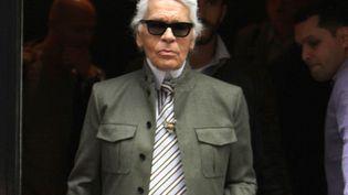 Après les avoir portées mini, Karl Lagerfeld arbore désormais des cravates king size. En relation avec son ego ? (SOUL BROTHER / SIPA)