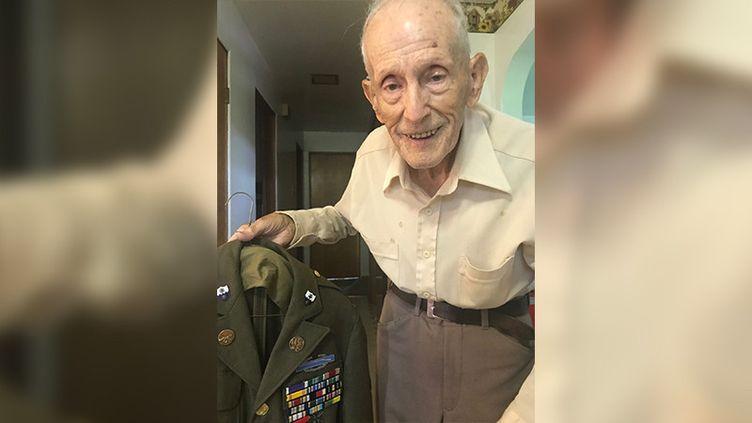FloydWigfield, 101 ans, à son domicile avant de se rendre aux cérémonies du D-Day en Normandie. (GREGORY PHILIPPS / RADIO FRANCE)