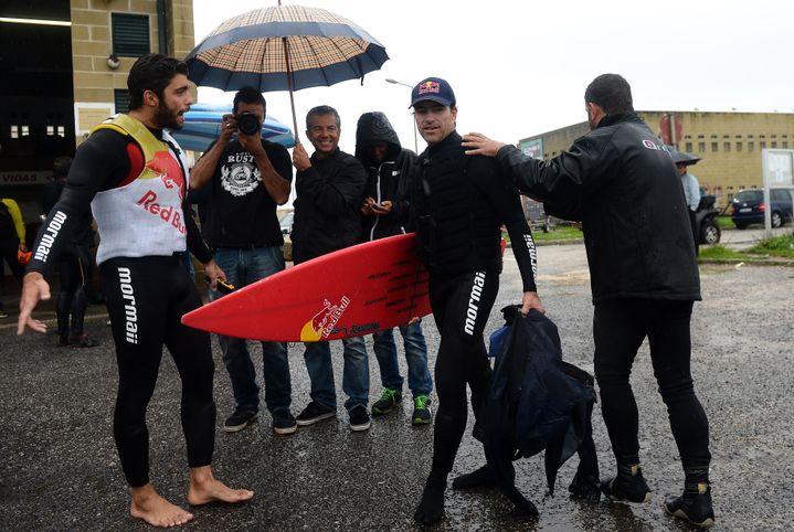 Le surfeur Carlos Burle, le 28 octobre 2013 à Nazaré (Portugal). (FRANCISCO LEONG / AFP)