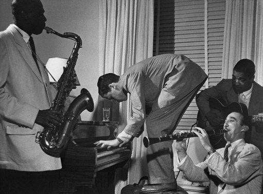 Musiciens de jazz dans les années 40. Les personnes figurant sur la photo et le lieu où celle-ci a été prise ne sont pas connus. Une photo qui n'en exprime pas moins fort bien la magie du jazz... (AFP)