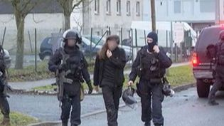 Lilian Lepère, escorté par les hommes du GIGN après l'assaut sur l'imprimerie de Dammartin-en-Goële, vendredi 9 janvier. ( FRANCE 2)