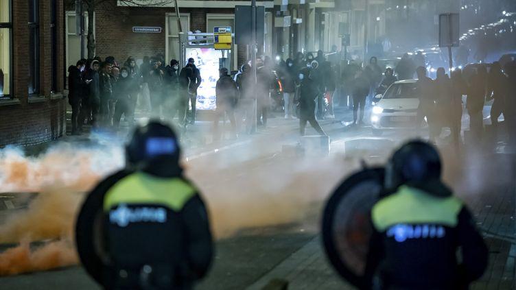 Des policiers font face à des opposants au couvre-feu à Rotterdam, aux Pays-Bas, le 25 janvier 2021. (KILLIAN LINDENBURG / ANP MAG / AFP)