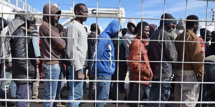 Des migrants au port de Messine après le naufrage de leur embarcation en mars 2016. (GIOVANNI ISOLINO/AFP)