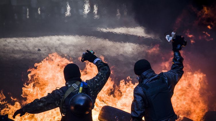 Des manifestants hostiles au président affrontent les forces de l'ordre, le 18 février 2014, à Kiev (Ukraine). (SANDRO MADDALENA / AFP)