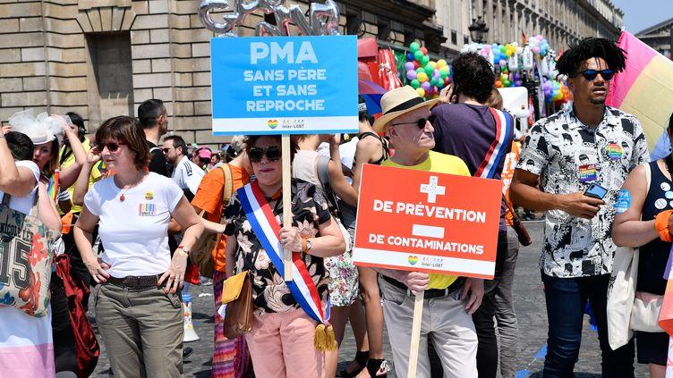 Des Parisiens lors de la marche des fiertés, le 30 juin 2018, à Paris. (JULIEN MATTIA / NURPHOTO)