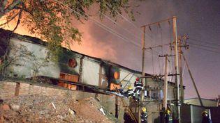 Les secours sont en cours d'intervention après l'explosion dans un entrepôt de Tianjin (Chine), le 13 octobre 2015. (AFP)