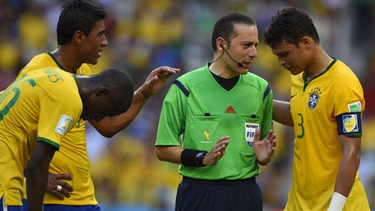 Le capitaine brésilien Thiago Silva en discussion avec l'arbitre turc Cüneyt Cakir