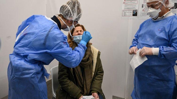 Une femme se fait tester, le 13 février 2021 à Roissy-Charles de Gaulle (Val d'Oise). (BERTRAND GUAY / AFP)