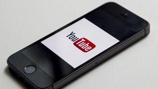 Le site américain YouTube (Google) a effacé des dizaines de milliers de vidéos d'enfants qui s'accompagnaient de commentaires au ton très déplacé, a indiqué le groupe le 30 novembre 2017. (MARTIN BERTRAND / HANS LUCAS)