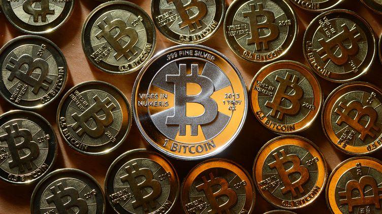 Lancé en 2009, le bitcoin peut être échangé en ligne contre de l'argent réel ou utilisé pour acheter des biens et services sur internet. (JENS KALAENE / PICTURE ALLIANCE / AFP)