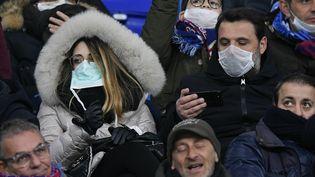 Des supporters du club de foot de Naples au stade San Paolo, à Naples (Italie), le 25 février 2020. (GIUSEPPE MAFFIA / NURPHOTO / AFP)