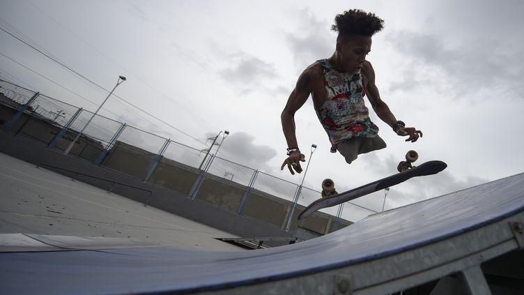 """""""Dieu ne m'a pas donné de jambes, mais il m'a donné du talent à la place"""", confie à l'Agence France-Presse celui qui a troqué le fauteuil roulant pour le skate. (RAUL ARBOLEDA / AFP)"""
