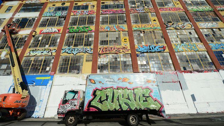 """L'immeuble du site """"5Pointz"""" à New York en 2013, juste avant qu'il soit recouvert d'une peinture blanche, puis détruit.  (EMMANUEL DUNAND / AFP)"""