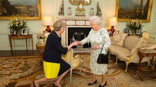 Theresa May et la reine Elizabeth II à Buckingham, à Londres, le 13 juillet 2016. (DOMINIC LIPINSKI / AFP)