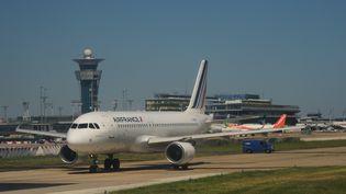 Un avion Air France, sur le tarmac d'Orly, le 20 juillet 2016. (NATALIA SELIVERSTOVA / AFP)