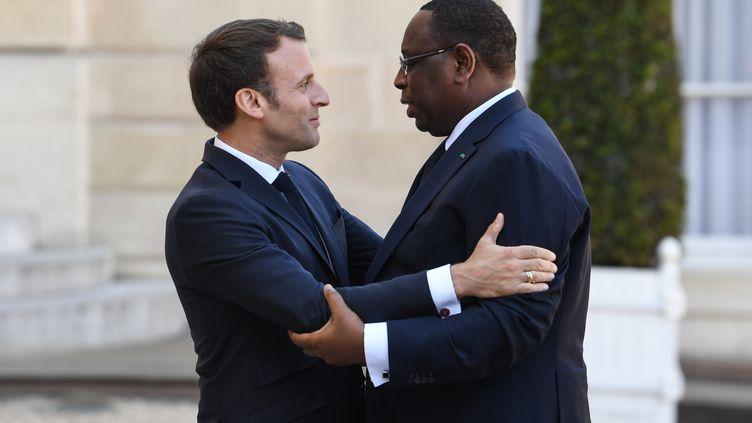 Le président français, Emmanuel Macron, salue son homologue sénégalais, Macky Sall, sur le perron de l'Elysée à Paris le 15 mai 2019. (ALAIN JOCARD / AFP)