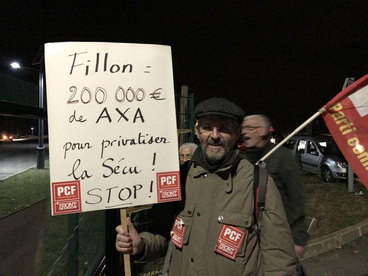 Un professeur des écoles manifeste devant le meeting de François Fillon à Compiègne (Oise). (ROBIN PRUDENT / FRANCEINFO)