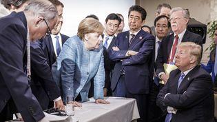 La chancelière allemande Angela Merkel s'adresse au président américain Donald Trump durant les négociations du G7, à La Malbaie, au Québec, à l'est du Canada, le 9 juin 2018. (JESCO DENZEL / BUNDESREGIERUNG)