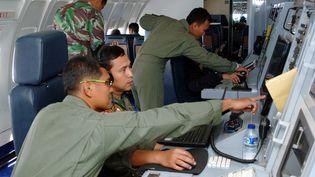 Des soldats indonésiens participent aux recherches pour retrouver le Boeing de Malaysia Airlines disparu au-dessus du détroit de Malacca, le 12 mars 2014. (MAXPPP)
