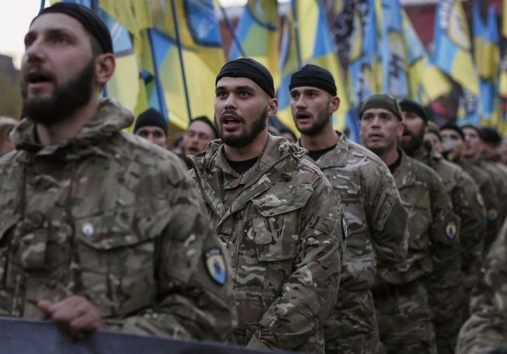 Des membres du bataillon Azov lors d'un défilé dans les rues de Kiev (Ukraine), le 14 octobre 2014. (GLEB GARANICH / REUTERS)