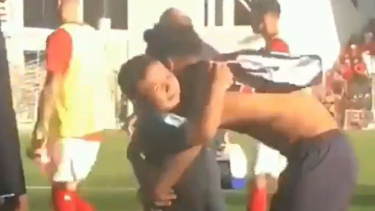 Neymar fait un gros câlin à l'un de ses fans