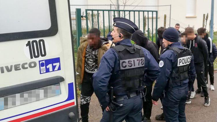 Des policiers et des lycéens lors l'arrestation de 151jeunes à Mantes-la-Jolie (Yvelines) le 6 décembre 2018. (CELINE AGNIEL / AFP)