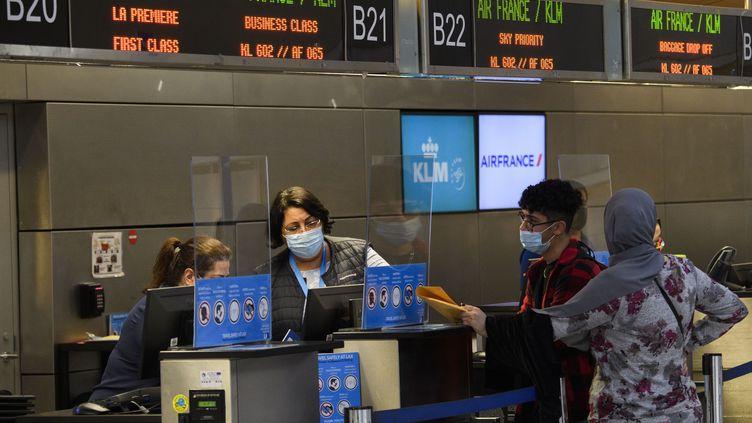 Des voyageurs à l'enregistrement des vols Air France et KLM.Air France va être recapitalisée par l'Etat français, ne pouvant pas rembourser ses prêts. (PATRICK T. FALLON / AFP)