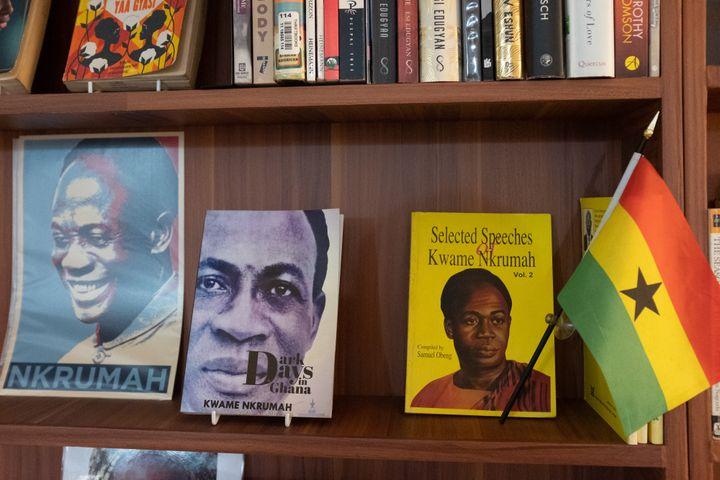 Les livres de Kwame Nkrumah sont exposés sur une étagère de la Bibliothèque d'Afrique et de la diaspora africaine (LOATAD) à Accra, auGhana, le 2 juillet 2020. (NIPAH DENNIS / AFP)