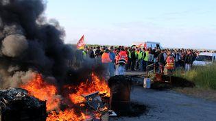 Des opposants à la loi Travail bloquent la raffinerie de Donges (Loire-Atlantique), le 19 mai 2016. (MAXPPP)