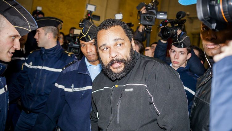 Le polémiste Dieudonné au tribunal correctionnel de Paris, mercredi 28 janvier 2015. (CITIZENSIDE / AURÉLIEN MORISSARD / AFP)