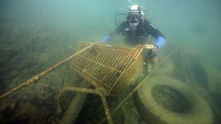 Photo d'archives prise le 06 novembre 2015 montrant un plongeur prenant part à une opération derécupérationde déchets dans la mer Méditerranée, à proximité du port de Marseille (Bouches-du-Rhône). (BORIS HORVAT / AFP)