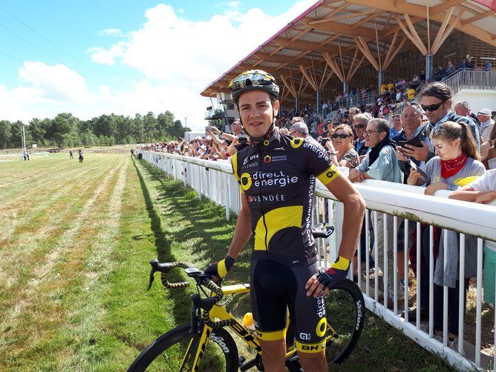 Le cycliste pro-licencié à Bazas, Romain Guillemois, avant sa course contre le cheval Timoko. (FLORENCE PERUSIN/RADIO FRANCE)
