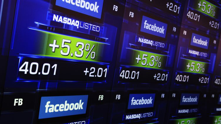 L'évolution du cours de l'action Facebook projetée sur écran à la Bourse de New York, le 18 mai 2012. (SHANNON STAPLETON / REUTERS)