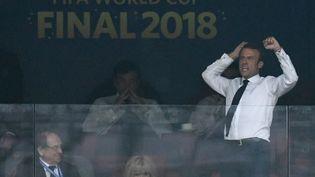Emmanuel Macronlaisse éclater sa joie après un but de l'équipe de France, le 15 juillet 2018, à Moscou, en Russie. (CHRISTOPHE SIMON / AFP)