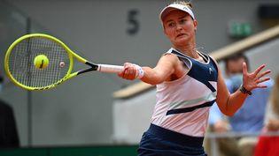 Barbora Krejcikova a remporté l'édition 2021 de Roland-Garros chez les dames, samedi 12 juin. (CHRISTOPHE ARCHAMBAULT / AFP)