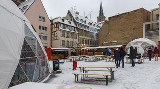 Une place de Strasbourg (Bas-Rhin) légèrement recouverte de neige, en hiver. (photo d'illustration) (JEAN ISENMANN  / ONLY FRANCE / AFP)